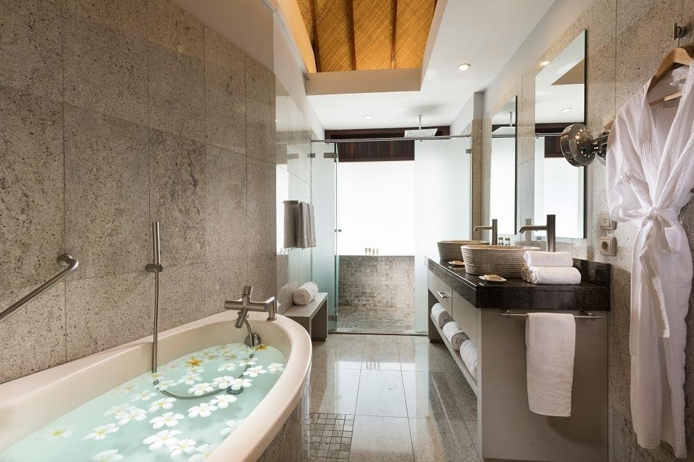 Salle de bain bungalow jardin piscine